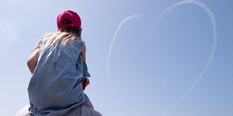 Child watches IAF planes make heart on Israel Independence Day, 2021