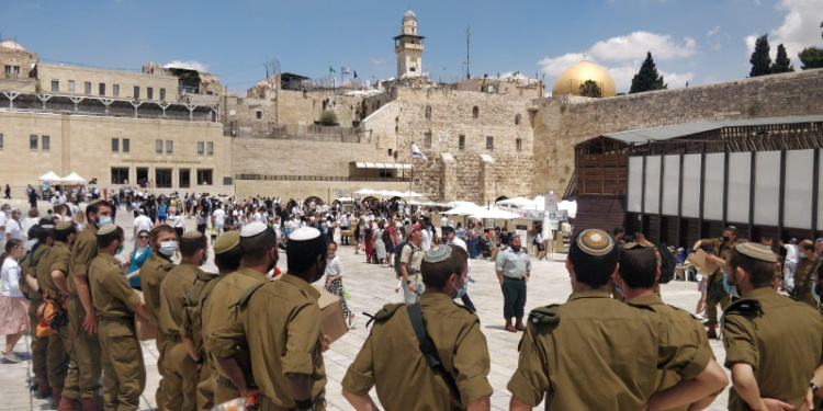 IDF soldiers among thousands in Jerusalem