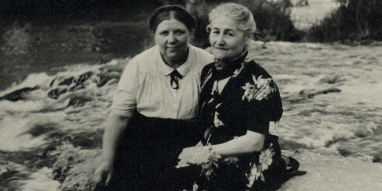 Librarian and Righteous Gentile Ona Simaite with a friend in Israel