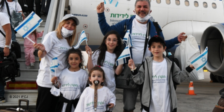 130 Immigrants from France Arrive in Israel
