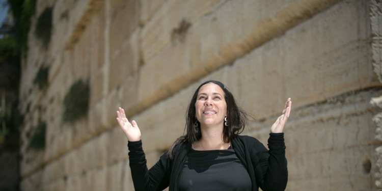 Yael Eckstein smiling with hands up at the Western Wall